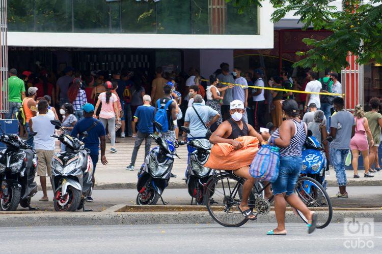 Personas frente al centro comercial Carlos III, donde se venden productos en Moneda Libremente Convertible (MLC), en La Habana. Foto: Otmaro Rodríguez.
