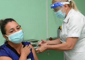 Trabajadores del sector de la Salud en Camagüey reciben la primera dosis del candidato vacunal Abdala el 10 de mayo de 2021. Foto: Agencia Cubana de Noticias (Acn).