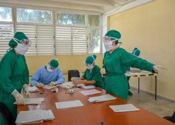 Trabajadores sanitarios en un centro de aislamiento en Camagüey. Foto: Alejandro Rodríguez Leiva/ Adelante.