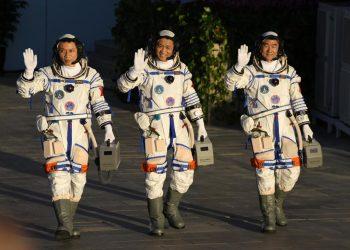 Los astronautas chinos Tang Hongbo, Nie Haisheng y Liu Boming saludan mientras se preparan para abordar el despegue en el Centro de Lanzamiento de Satélites de Jiuquan en Jiuquan, en el noroeste de China el jueves 17 de junio de 2021. Foto: Ng Han Guan/AP.