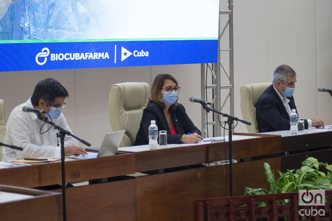 Directivos de BioCubaFarma en conferencia de prensa sobre los candidatos vacunales y otros fármacos cubanos contra la COVID-19. En la imagen, Eduardo Martínez (d), presidente del grupo empresarial, y los vicepresidentes Mayra Mauri (c) y Eulogio Pimentel (i). Foto: Otmaro Rodríguez.