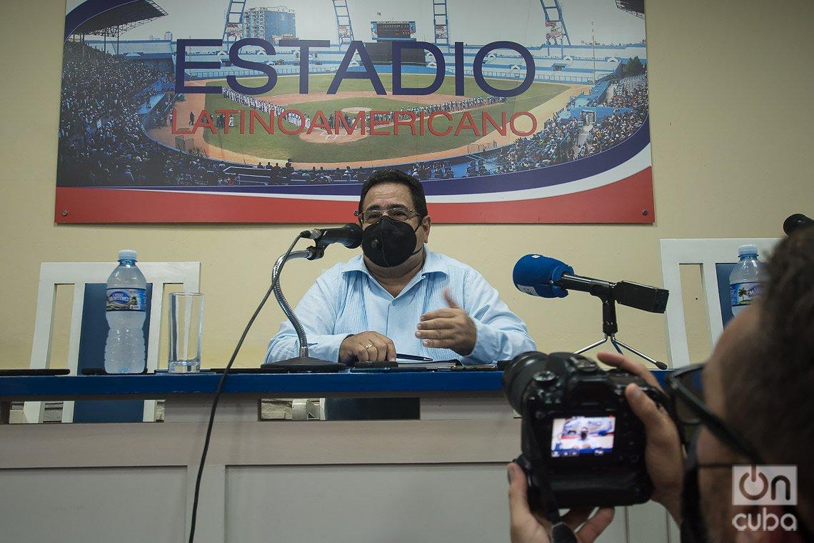 Luis Daniel del Risco, tesorero de la Federación Cubana de Béisbol, durante una conferencia de prensa en el Salón Adolfo Luque, del estadio Latinoamericano, en La Habana. Foto: Otmaro Rodríguez.