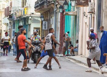Jóvenes en una calle de La Habana. Foto: Otmaro Rodríguez.