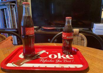 Los dos modelos de botellas de Coca-Cola producidas en México. A la izquierda, más alta, la de circulación nacional. A la derecha, la hecha para el mercado cubano actual. | Foto: Rui Ferreira