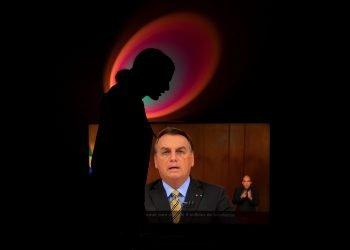 """Una mujer grita """"fuera Bolsonaro"""" mientras el presidente brasileño Jair Bolsonaro ofrece un discurso televisado, en Brasilia (Brasil). Foto: Joédson Alves / EFE. Tomada de El País (Brasil)."""