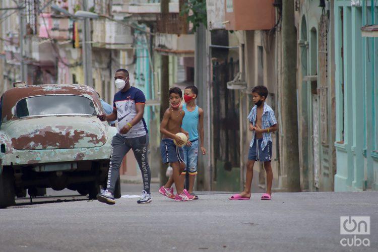 Niños jugando en una calle, en La Habana. Foto: Otmaro Rodríguez.