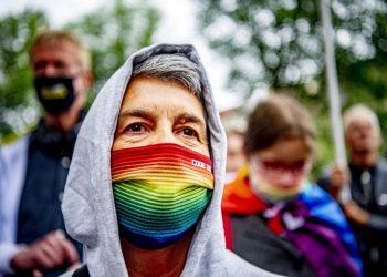 Activistas asisten a una marcha para protestar contra la ley aprobada por el Parlamento húngaro que, entre otros aspectos, prohíbe hablar sobre homosexualidad en los programas escolares, este 21 de junio en Ámsterdam, Países Bajos. Foto: Robin Utrecht / EFE.