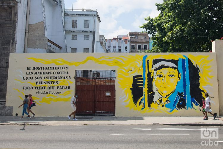 Cartel contra el embargo de EE.UU. a Cuba, en La Habana. Foto: Otmaro Rodríguez.