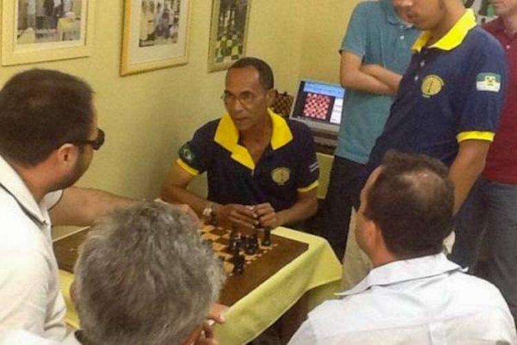 El GM Román Hernández Onna, sentado de frente. Foto: jit.cu