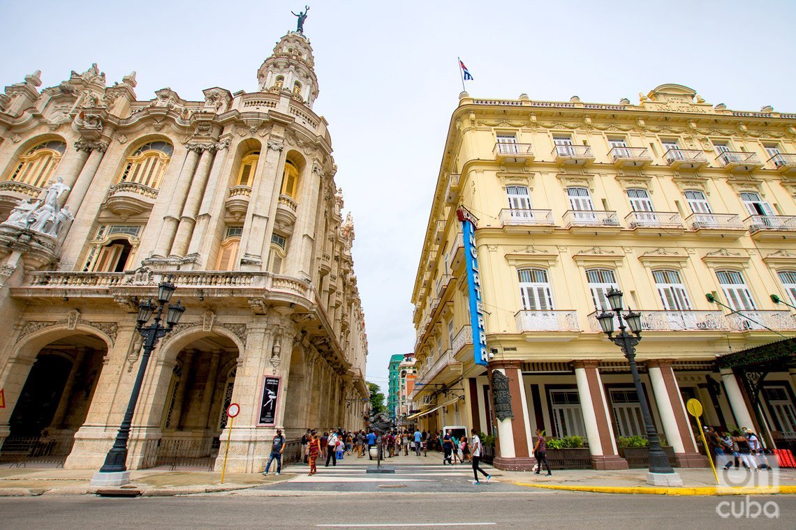 Gran Teatro de La Habana (izq) y Hotel Inglaterra (der), edificios de hermosa arquitectura en el inicio del boulevard de San Rafael, en La Habana. Foto: Otmaro Rodríguez.