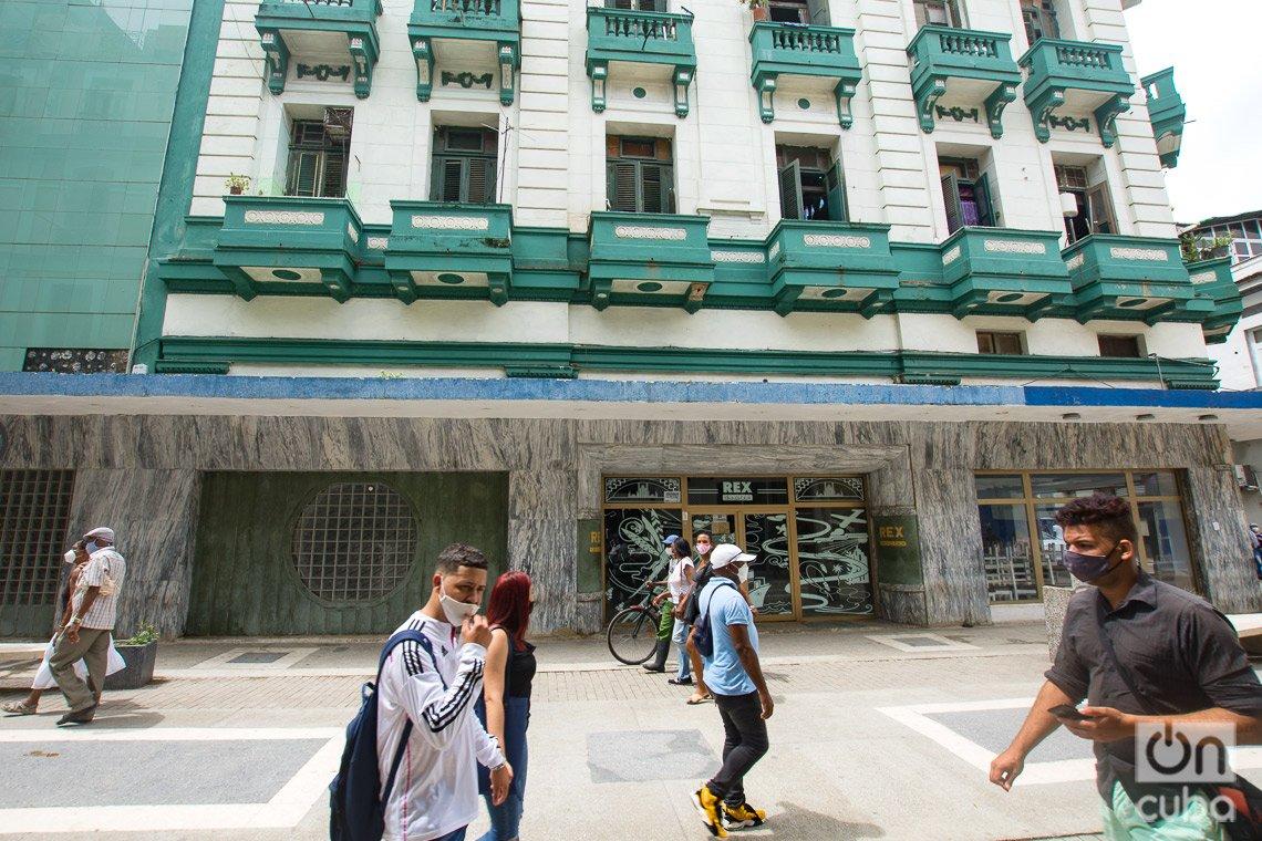 En este lugar se encontraban los cines Dúplex y Rex, en el boulevard de San Rafael, en La Habana. Foto: Otmaro Rodríguez.