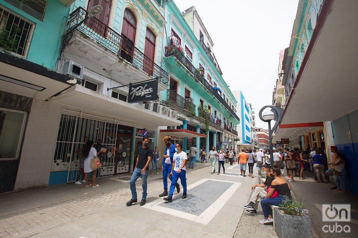 En 1953 se inauguran aceras de granito con sinuosas serpentinas verdes, en el boulevard de San Rafael, en La Habana. Foto: Otmaro Rodríguez.