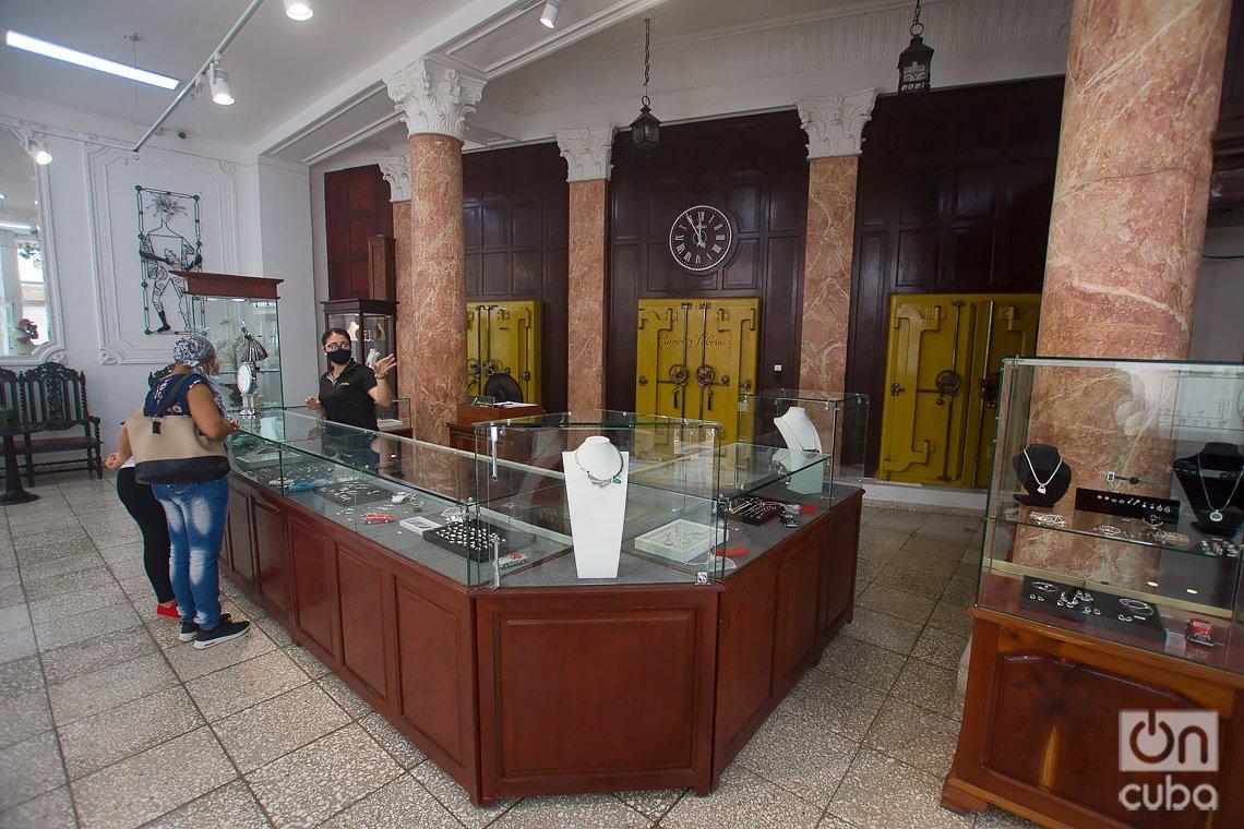 Lugar donde se encontraba la joyería y relojería Cuervo y Sobrinos, y donde hoy está el estudio-taller del artista Alberto Valladares, en el boulevard de San Rafael, en La Habana. Foto: Otmaro Rodríguez.