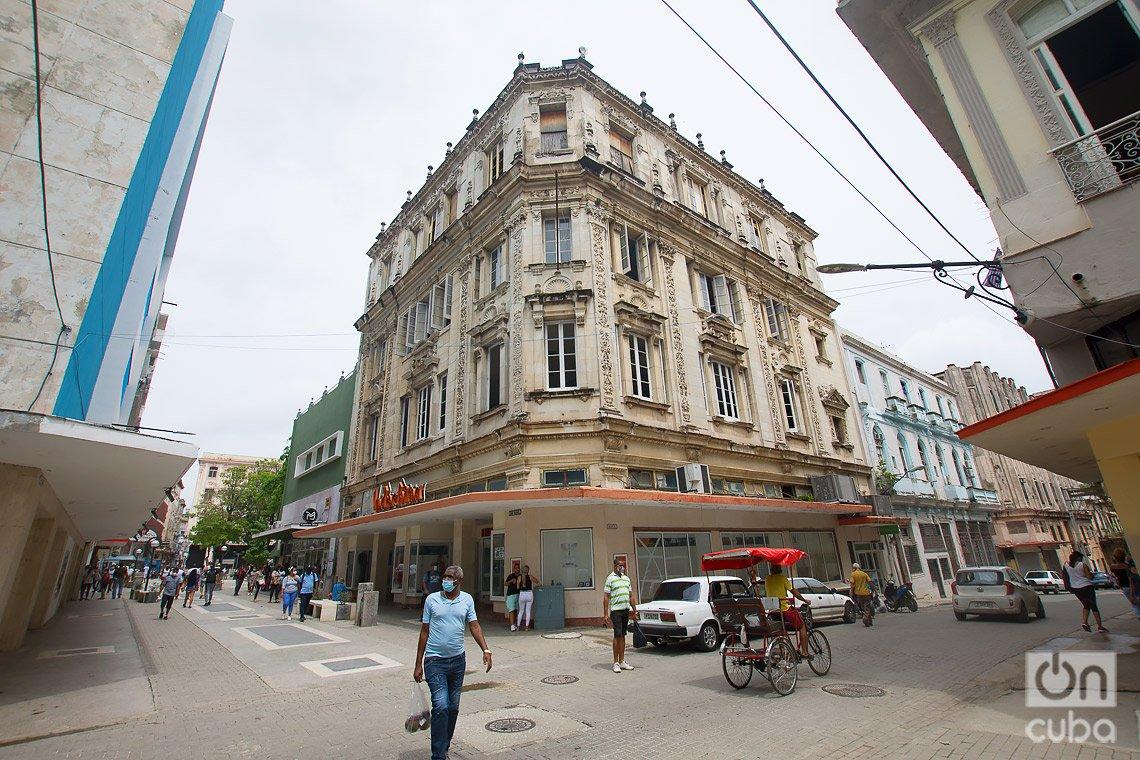 La tienda Indochina, en el boulevard de San Rafael, en La Habana, en sus inicios se dedicó a la venta de porcelana, cristalería y regalos. Foto: Otmaro Rodríguez.