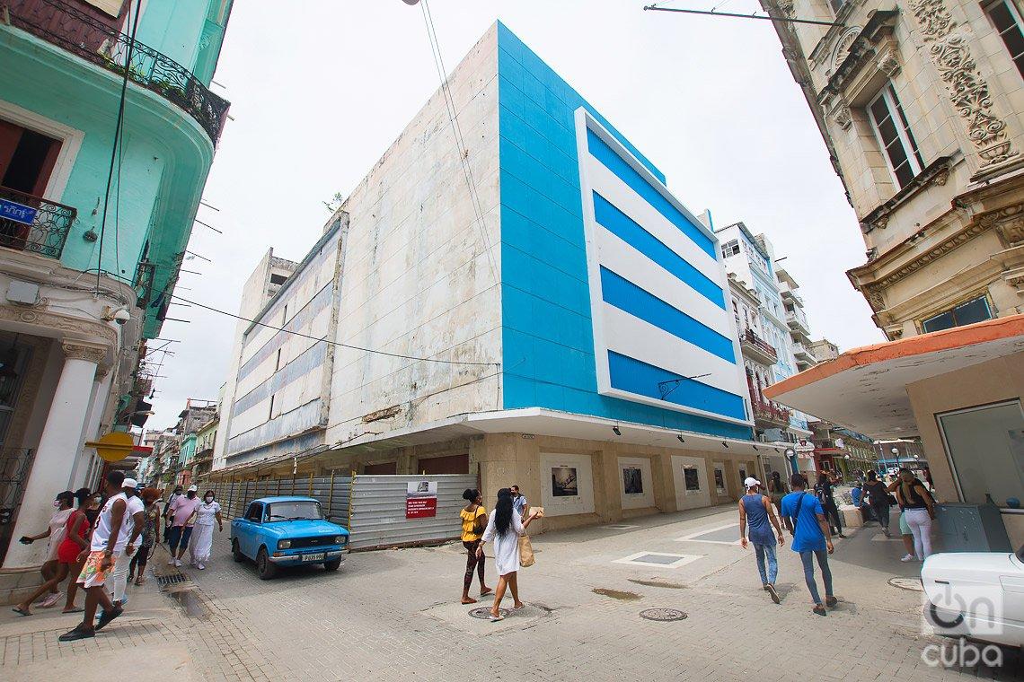 Antigua tiendas por departamentos Fin de Siglo, ahora abandonada, en la calle San Rafael, en La Habana. Foto: Otmaro Rodríguez.