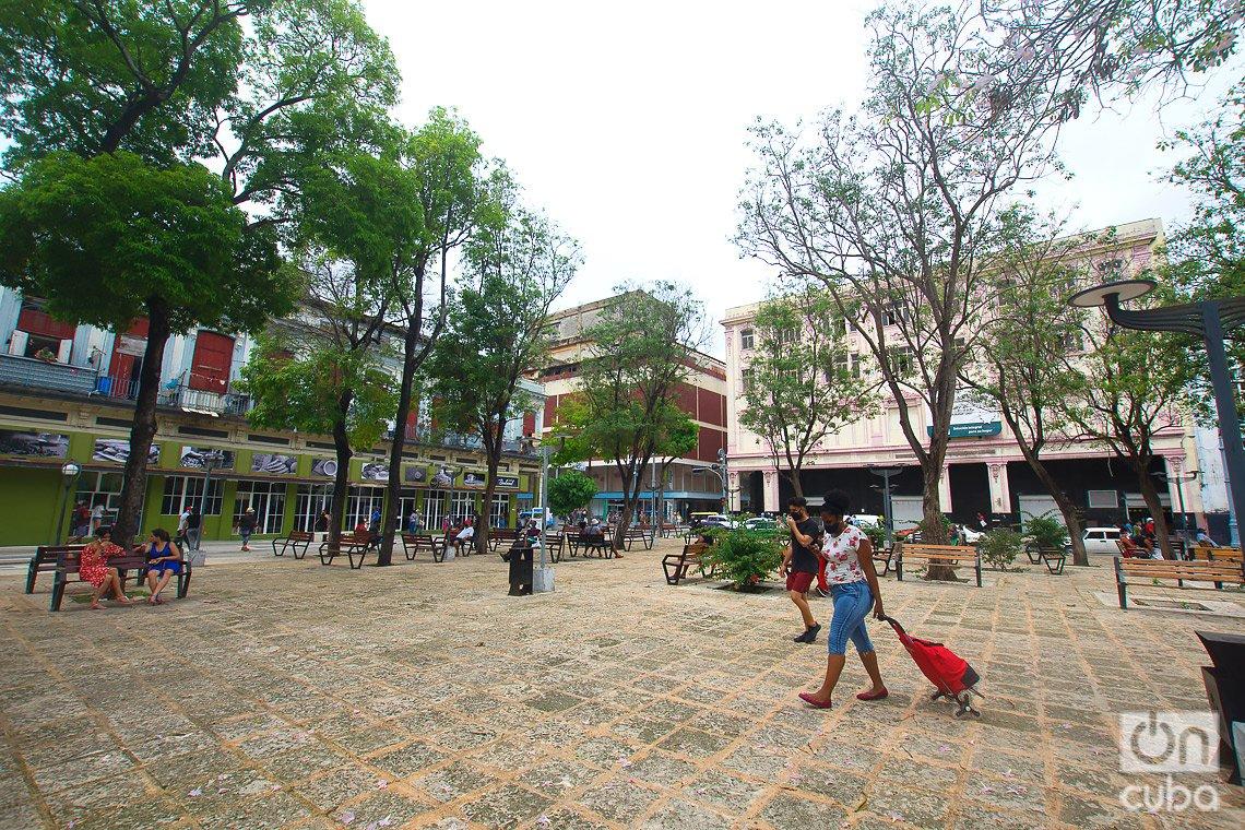 El parque Fe del Valle, al final del boulevard de San Rafael, debe su nombre a una empleada que perdió la vida en el atentado a la tienda El Encanto, tras el triunfo de la Revolución Cubana. Foto: Otmaro Rodríguez.