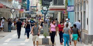 Personas en el Boulevard de San Rafael, en La Habana. Foto: Otmaro Rodríguez.