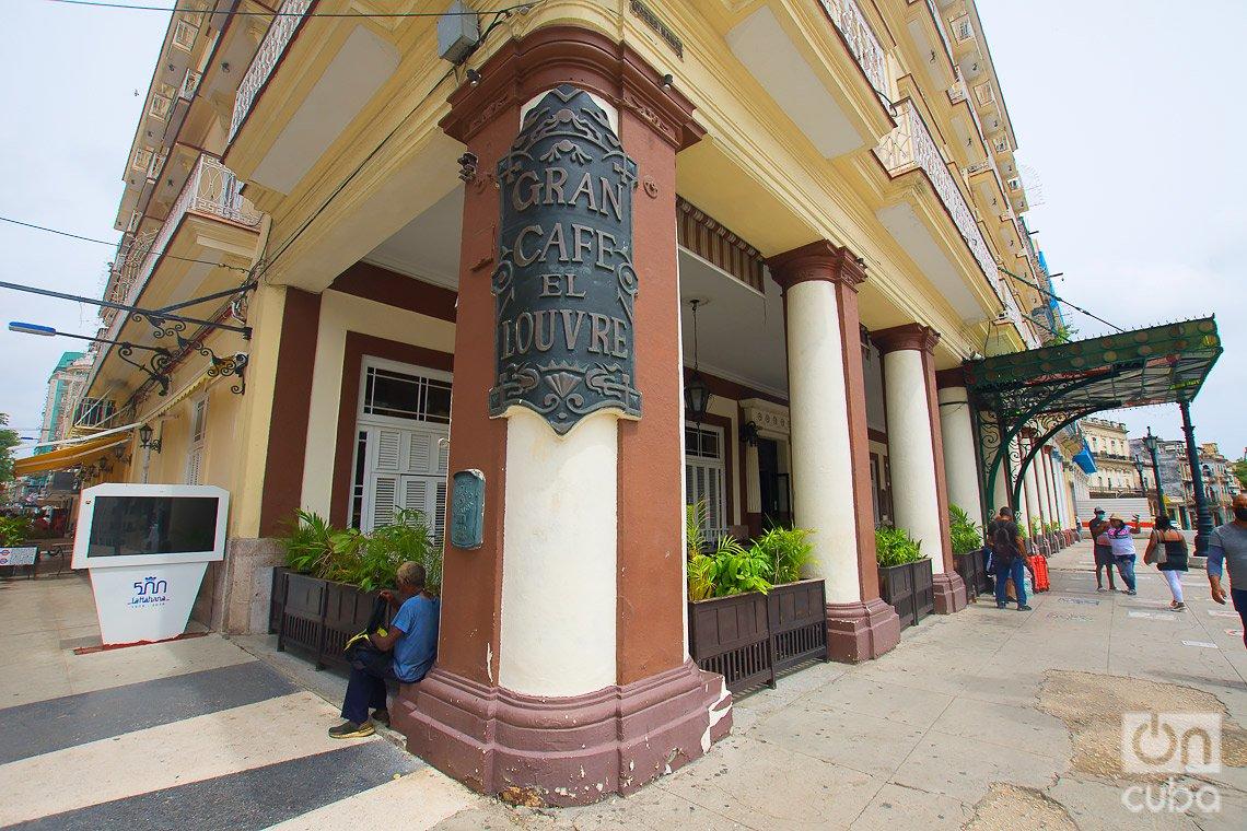 Gran Café el Louvre, del Hotel Inglaterra, en el boulevard de San Rafael, en La Habana. Foto: Otmaro Rodríguez.