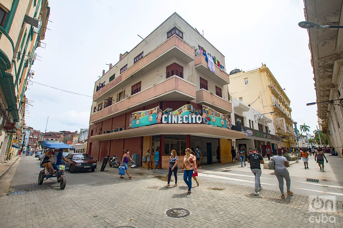 La sala Cinecito, en el boulevard de San Rafael de La Habana, tiene su origen en 1942 con el nombre Cine Periódico Resumen. Foto: Otmaro Rodríguez.
