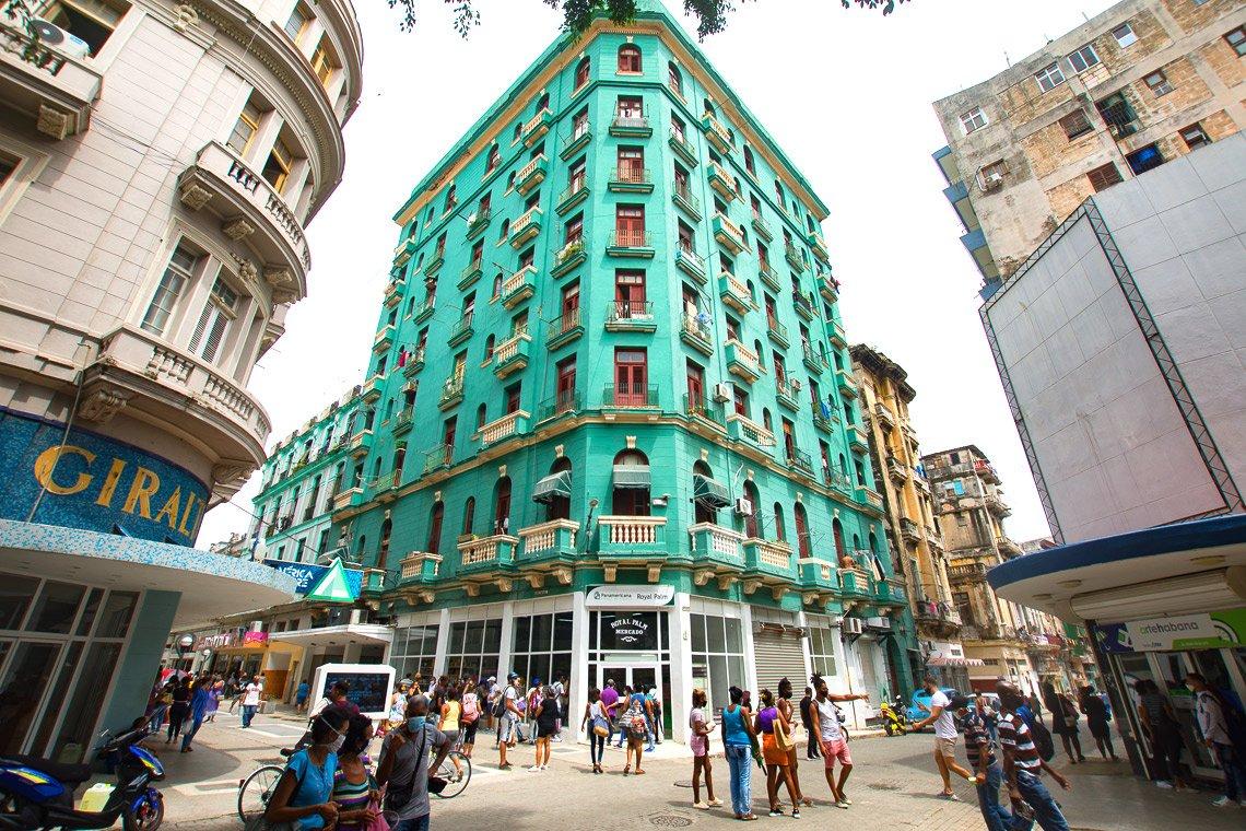 Antiguo hotel Royal Palm, convertido hoy en edificio multifamiliar, en el boulevard de San Rafael, en La Habana. Foto: Otmaro Rodríguez.