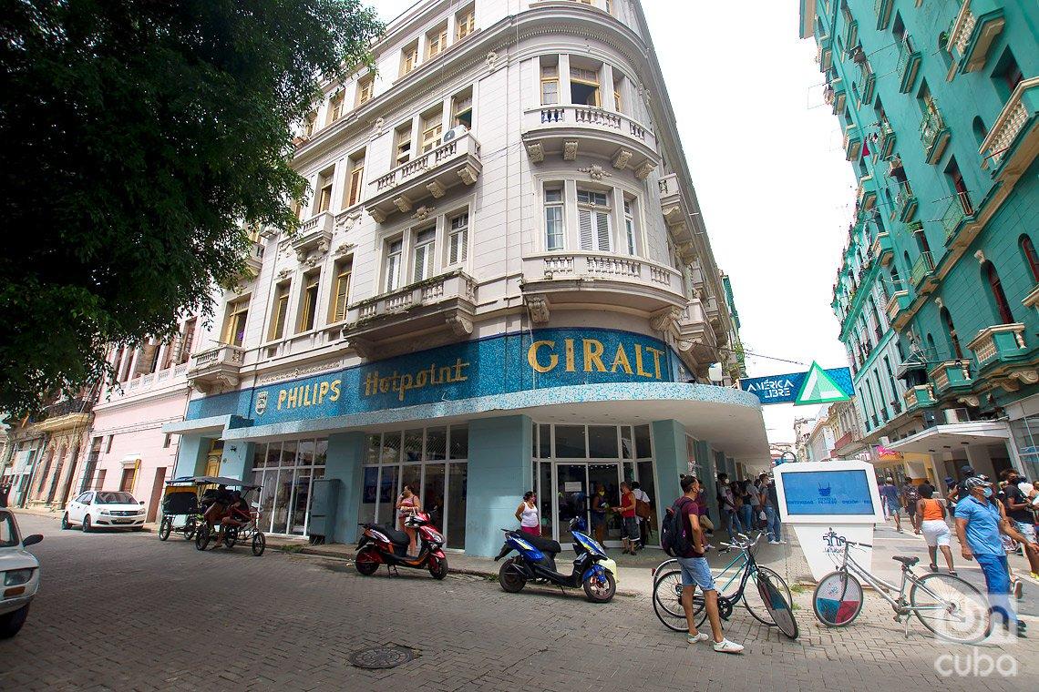Antigua tienda especializada en equipo electrodomésticos Giralt, donde hoy se vende ropa reciclada, boulevard de San Rafael, en La Habana. Foto: Otmaro Rodríguez.