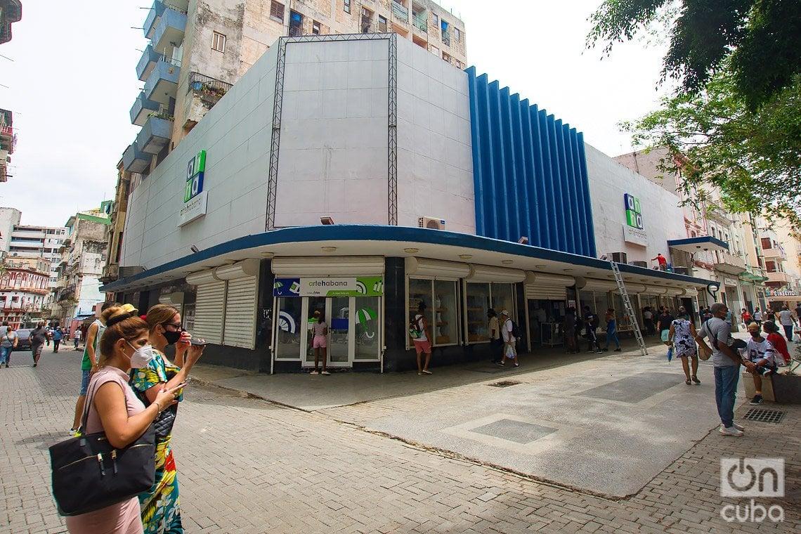Tienda conocida por los habaneros como J. Valles, que ofrecía ropa con opción de comprar a crédito.  Actualmente es la tienda Arte Habana, en el boulevard de San Rafael. Foto: Otmaro Rodríguez.