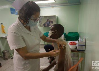 Vacunación con el fármaco anticovid Abdala en Cienfuegos, Cuba. Foto: Otmaro Rodríguez / Archivo OnCuba.
