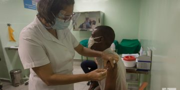 Vacunación con el fármaco anticovid Abdala en Cienfuegos, Cuba. Foto: Otmaro Rodríguez/Archivo OnCuba.