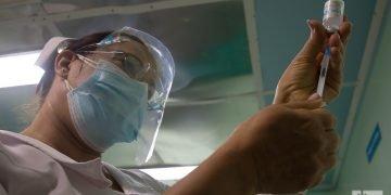 Una enfermera prepara una dosis del candidato vacunal anticovid Abdala, en Cienfuegos, Cuba. Foto: Otmaro Rodríguez.