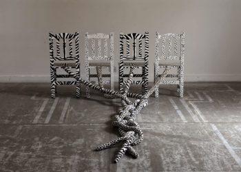 """""""Contrarios"""", 2007. Instalación, acrílico, tela y madera, dimensiones variables."""