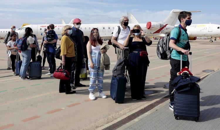Varios pasajeros desembarcan en el aeropuerto de Castellón, en España, en el primer vuelo procedente de Londres tras la reanudación de la conexión interrumpida por la pandemia, el 1 de junio de 2021. Foto: Domenech Castelló / EFE.