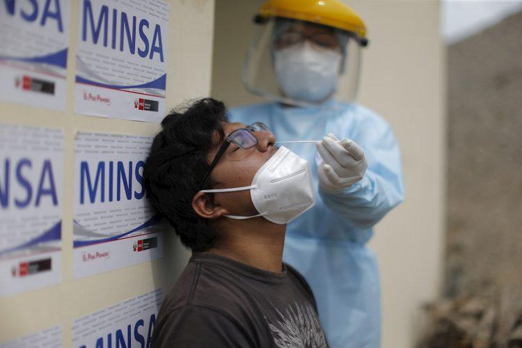Un trabajador sanitario tomar una muestra para una prueba de PCR, para el diagnóstico del coronavirus SARS-CoV-2, a un posible enfermo de la COVID-19, en Lima, Perú. Foto: Luis Ángel Gonzales Taipe / EFE / Archivo.
