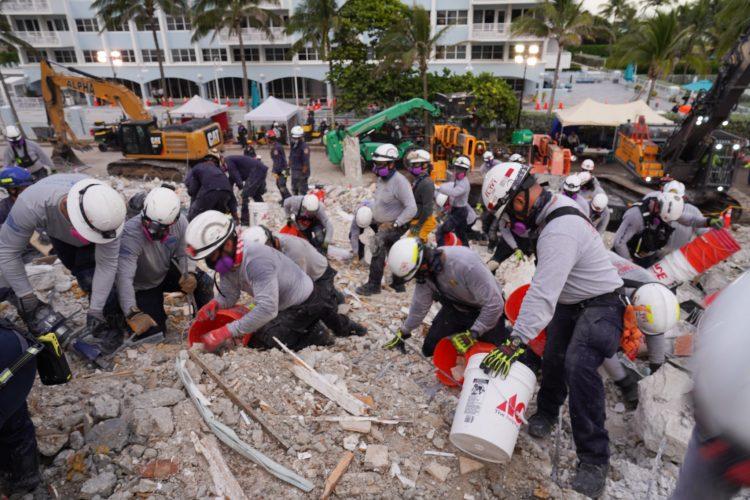 Fuerzas de rescate remueven escombros de la zona del edificio derrumbado en Miami. Foto: twitter.com/MiamiDadeFire