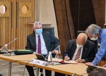 El viceprimer ministro de Cuba Ricardo Cabrisas (2-d) firma el acuerdo de renegociación de la deuda de la Isla con el Club de París. Foto: @EmbaCubaFrancia / Twitter.