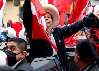 vEl candidato presidencial Pedro Castillo celebra junto a sus simpatizantes mientras avanza el conteo de votos de las elecciones presidenciales, en las calles de Lima, Perú, el lunes 7 de junio de 2021. Foto: Paolo Aguilar / EFE.