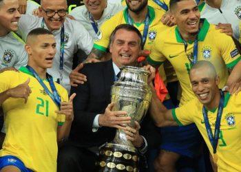 El equipo de Brasil levanta la Copa América 2019 de fútbol junto al presidente Jair Bolsonaro. Foto: Getty / bolavip.com / Archivo.