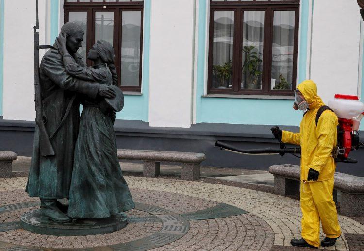 Un trabajador del Ministerio de Situaciones de Emergencia de Rusia desinfecta el monumento en la estación de tren de Belorussky como parte de la campaña para prevenir la propagación del coronavirus SARS-CoV-2, en Moscú. Foto: SERGEI ILNITSKY/Efe/Archivo.