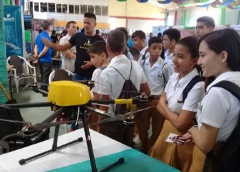 Adolescentes cubanos observan un drone en la Expo-Ciencia 2020 celebrada en Holguín. Foto: granma.cu/Archivo.