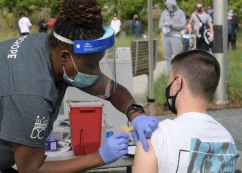 Un joven recibe una dosis de una vacuna anticovid en el Centro Kennedy de Washington, EE.UU. Foto: Lenin Nolly / EFE / Archivo.
