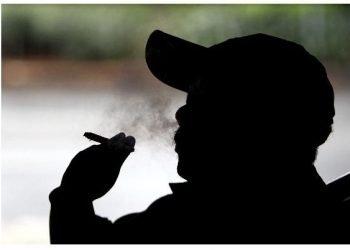 Fumador cubano. Foto: La Opinión.