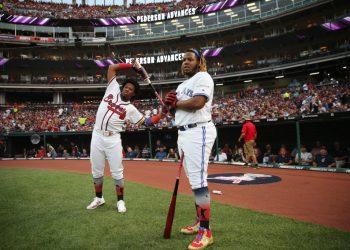 Ronald Acuña Jr. (izquierda) y Vladimir Guerrero Jr. son dos de los hijos de peloteros que triunfan ahora e Grandes Ligas. Foto: Rob Tringali/MLB Photos via Getty Images