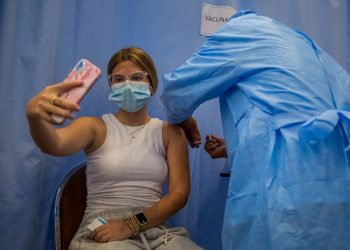 Una mujer recibe una dosis de la vacuna contra la COVID-19. Foto: MIGUEL GUTIÉRREZ/ Eje/Archivo.