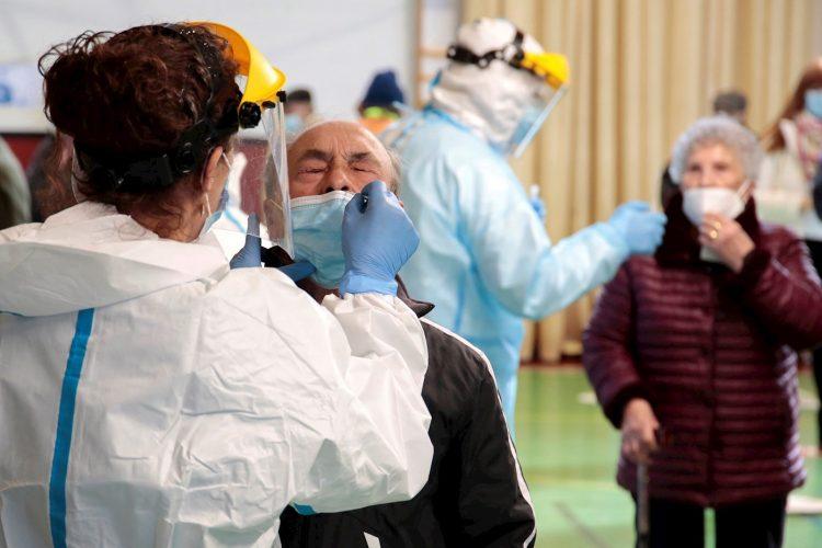 Sanitarios realizan pruebas PCR. Foto: J.Casares/Efe/Archivo.