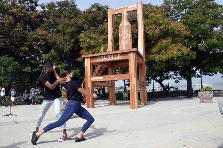 Acto de colocación de una silla gigante de madera, confeccionada por el grupo de artesanos Leo y Migue, en el Paseo de la Alameda de Santiago de Cuba. Foto: Miguel Rubiera / ACN.