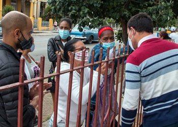 Un grupo de personas en la dirección de Trabajo del municipio Diez de Octubre. Foto: Radio Cumanayagua.