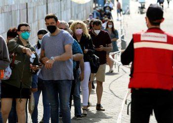 Larga cola para vacunarse en Santiago de Compostela. Foto: XOÁN REY/Efe/Rtve.