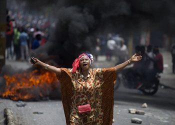 Una manifestante entona consignas anti-gobierno, Port-au-Prince, Haití (9 de junio de 2019; Foto de AP /Dieu Nalio Chery)