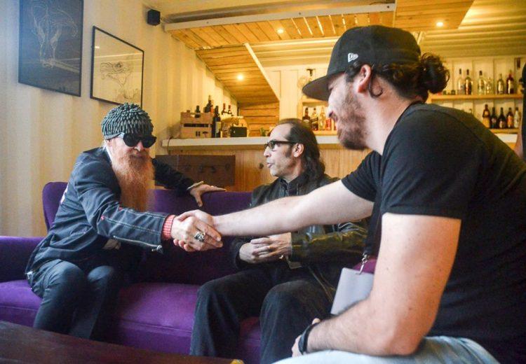 Billy Gibbons (izquierda) durante entrevista personal realizada por el autor (derecha). Foto: Yander Zamora.