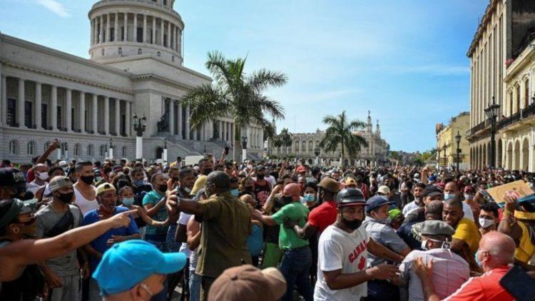 Protestas frente al Capitolio de La Habana el 11 de julio de 2021. Foto: Getty Images vía BBC / Archivo.