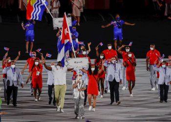 Representantes de la delegación de Cuba desfilan durante la ceremonia inaugural de los Juegos Olímpicos de Tokio 2020, este viernes en el Estadio Olímpico. EFE/ Juan Ignacio Roncoroni